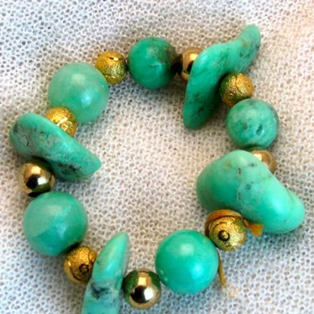 Armband mit Chrysopras und vergoldeten Silberteilen