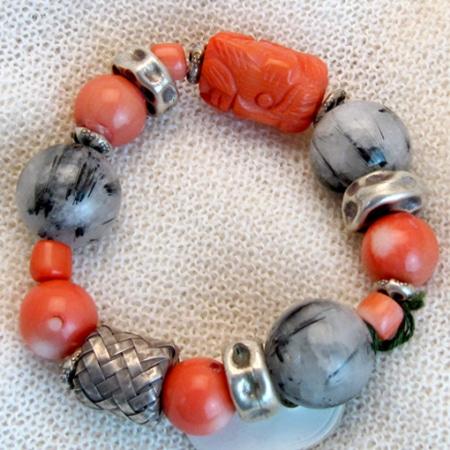 Armband mit Bambuskoralle, Silber und tibetischen Glückssteinen