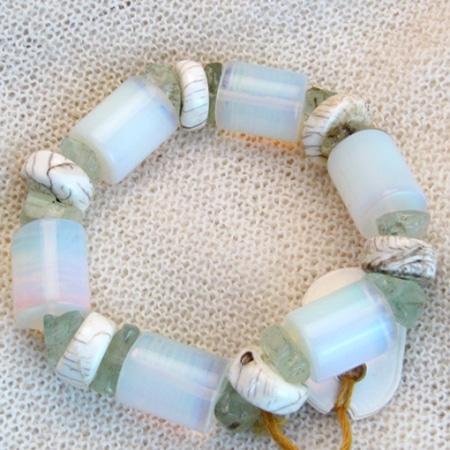 Armband mit Opalglas und Horn