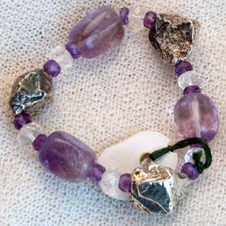 Armband mit Amethyst und Silberteilen