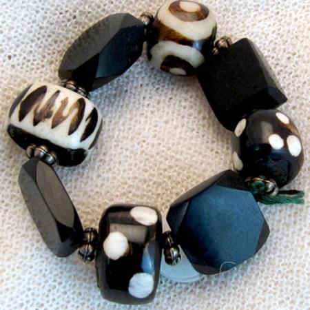 Armband mit afrikanischem Horn und Gagat