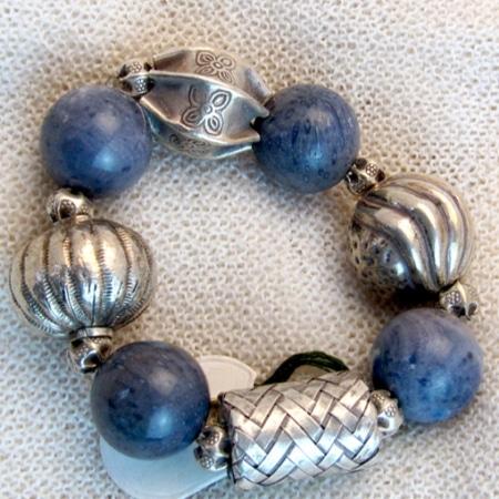 Armband mit Lapislazuli und tibetischen Silberteilen