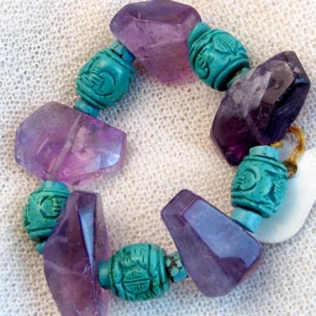 Armband mit Amethyst, Magnesit und tibetischen Glückssteinen