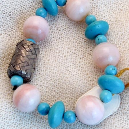 Armband mit hochwertigen Halbedelsteinen und Silberteilen