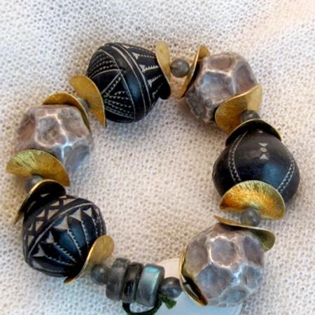 Armband mit afrikanischem Horn, tibetischen Silberkugeln und vergoldeten Silberteilen