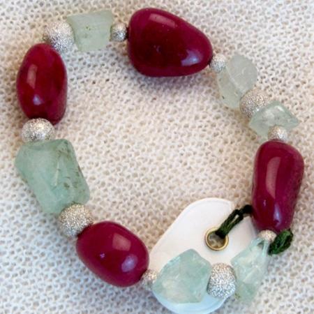 Armband mit Rubinen, Aquamarin und diamantierten Spacern