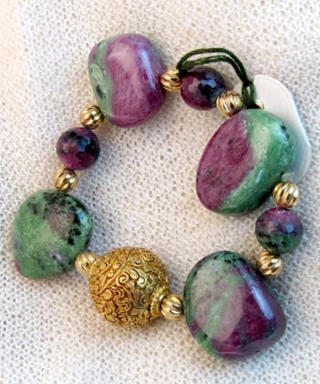 Armband mit Rubin Zoisit und vergoldeten Silberteilen