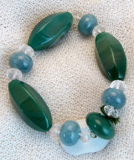 Armband mit Achat, Aquamarin, Smaragd und Bergkristall