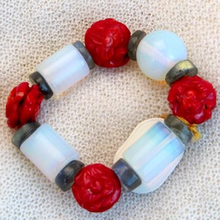 Armband mit antiken Opalglasteilen