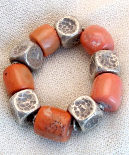Armband mit Bambuskoralle und tibetischen Silberteilen