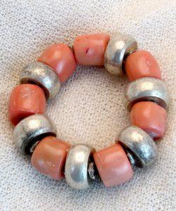 Armband mit Bambuskoralle und Silberteilen
