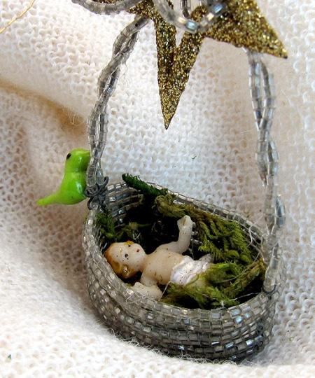 Christkindl im Murano-Korb als Baumbehang
