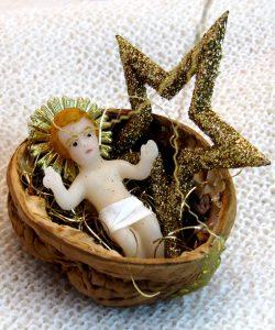 Christkindl Nuss mit Stern als Baumbehang